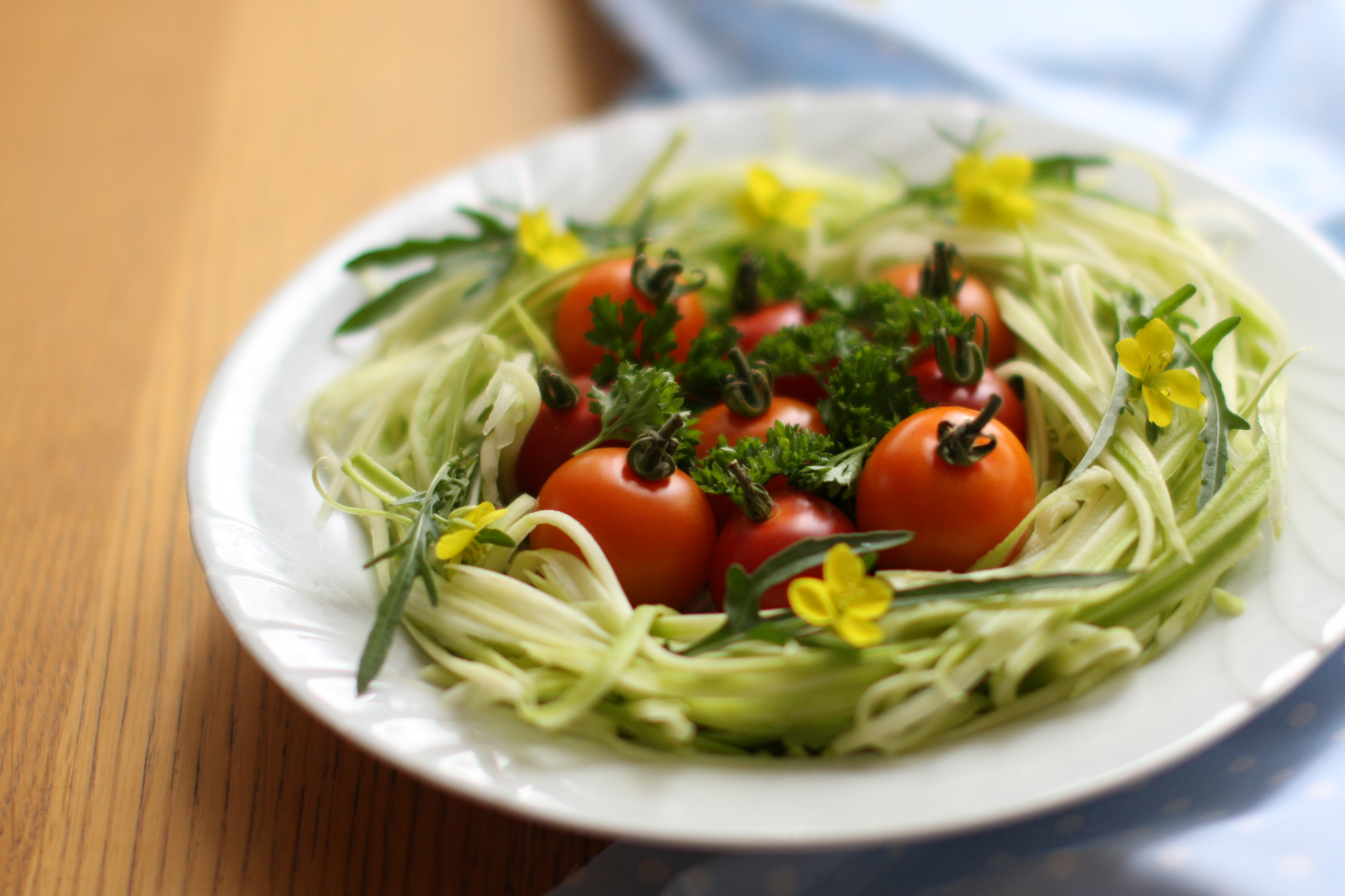 Salade de spaghetti de courgettes et tomates - delimoon.com