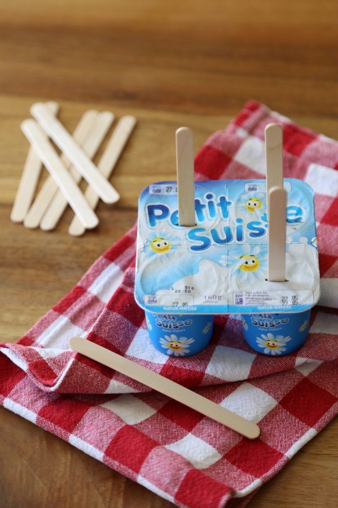 Sucettes glacées de Petits Suisses et fraises
