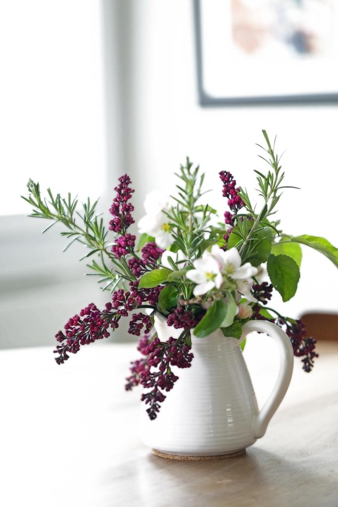 Bouquet de printemps - Delimoon.com - Quand on vit à la campagne, il est facile de faire un joli bouquet sans se ruiner. Quelques branches de pommier, lilas, romarin et le tour est joué !